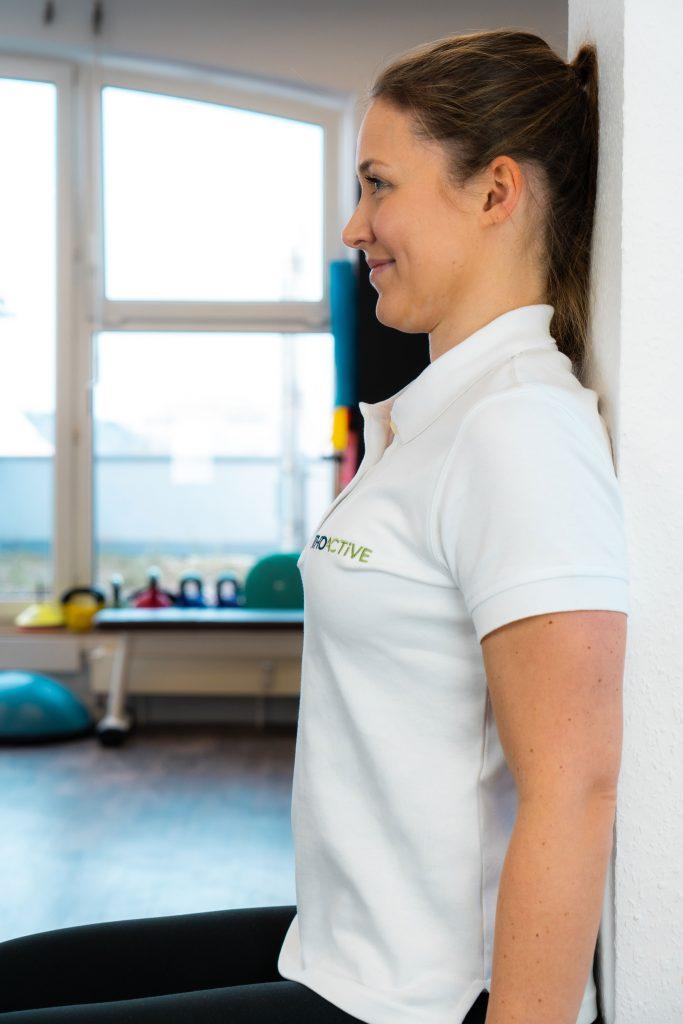 Nackenübung an Wand gegen Nackenschmerzen für Zuhause