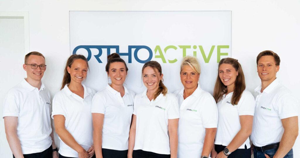 OrthoActive Praxisteam aus fünf Physiotherapeutinnen, einem Physiotherapeut und einem Sportwissenschaftler