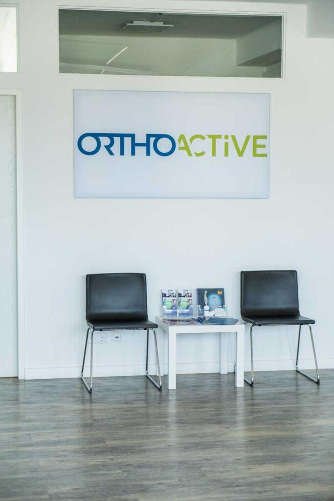 orthoactive-physiotherapie-logo-und-stuehle-im-wartebereich