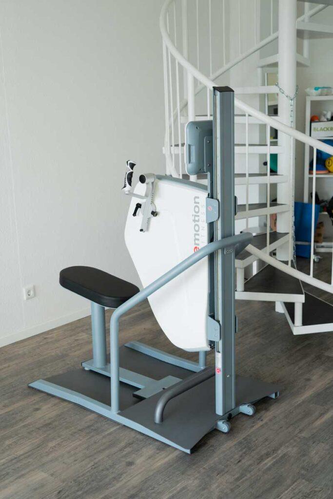 orthoactive-physiotherapie-praxisraum-emotion-fitness-geraet-vor-treppe