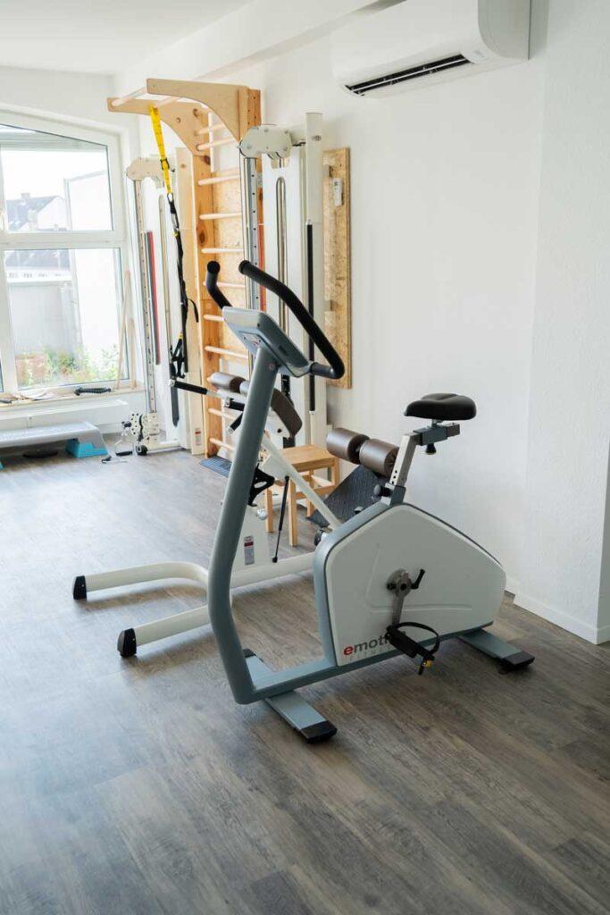orthoactive-physiotherapie-praxisraum-sportgeraet