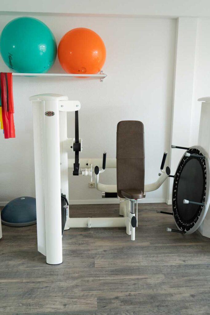 orthoactive-physiotherapie-praxisraum-trampolin-und-gymnastikbaelle